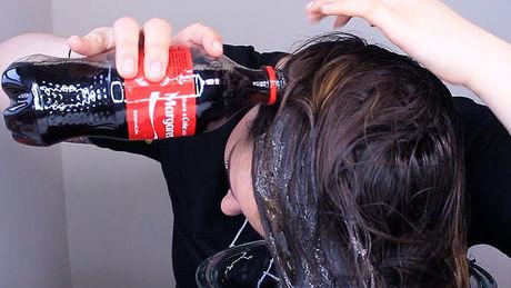 Lava el pelo con coca cola y mira su reaccion